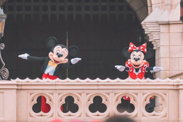 ミッキーマウスとミニーマウスも「ごあいさつ」ではソーシャルディスタンスを取った