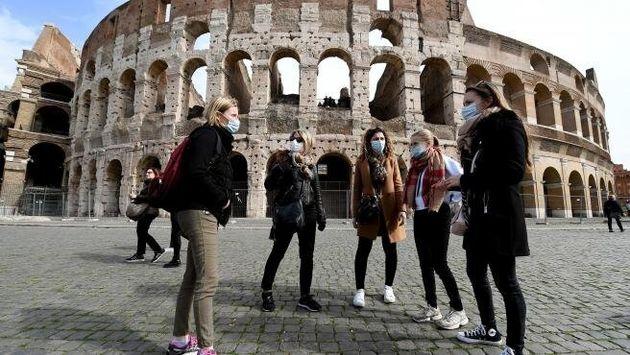 Turistas con mascarilla en