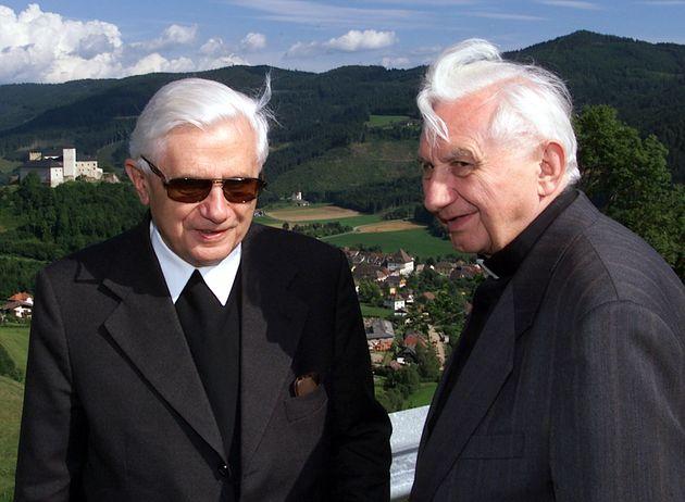 Kardinal Joseph Ratzinger, links, mit seinem Bruder Georg im Gurktal vor der Strassburg auf einem undatierten...