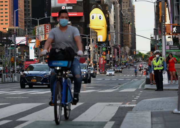 Un cycliste portant un masque contre le coronavirus, près de Times Square le 27 mai 2020 à New York city...
