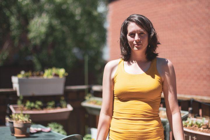 Gabrielle Lamontagne-Hallé cultive son potager urbain dans le respect de ses valeurs environnementales. Elle n'utilise aucun engrais chimique et réduit sa consommation d'eau potable grâce à des doubles-fonds faits à partir de pancartes électorales découpées.