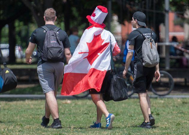 Des personnes ont célébré la Fête du Canada dans un parc de