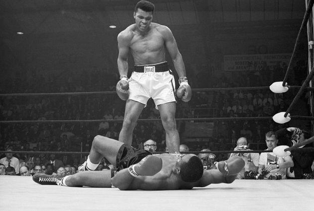 モハメド・アリ氏とソニー・リストン氏の試合。アリ氏の最も有名な写真の一つとして知られている。