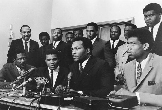 アリ氏が徴兵拒否について語った集まり。アリ氏(左から2番目)の向かって左隣に座るのがビル・ラッセル氏。