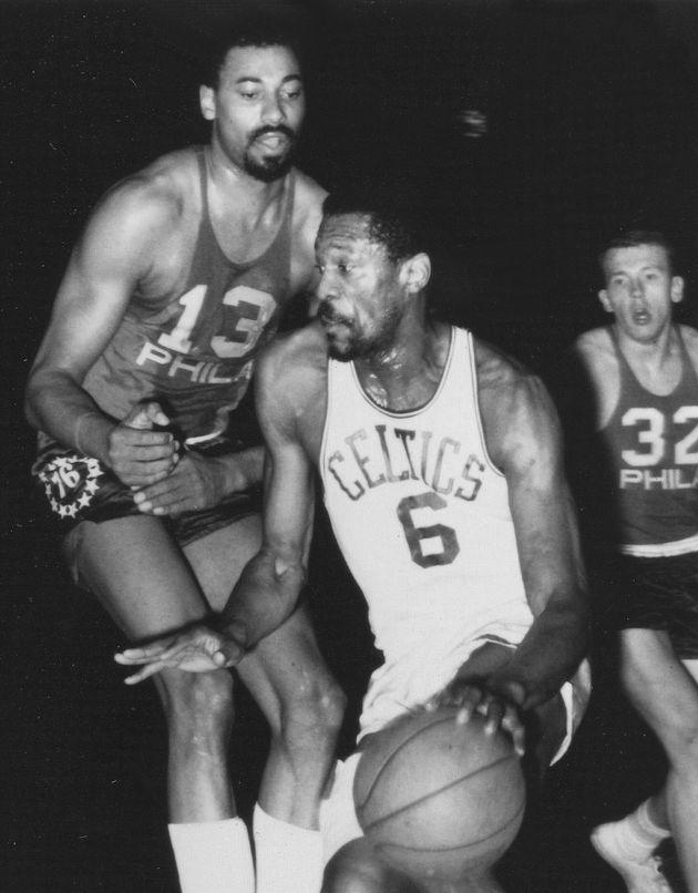 アメリカプロバスケットボールNBAの試合に臨むビル・ラッセル氏(中央)