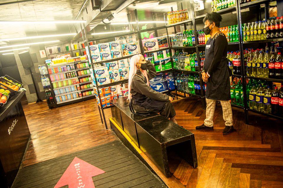 페루의 최대 성소수자 나이트클럽이 코로나19 때문에 슈퍼마켓으로
