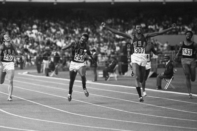 メキシコ五輪男子200メートルで、金メダルのトミー・スミス氏(右から2人目)と、銅メダルのジョン・カーロス氏(左から2人目)。