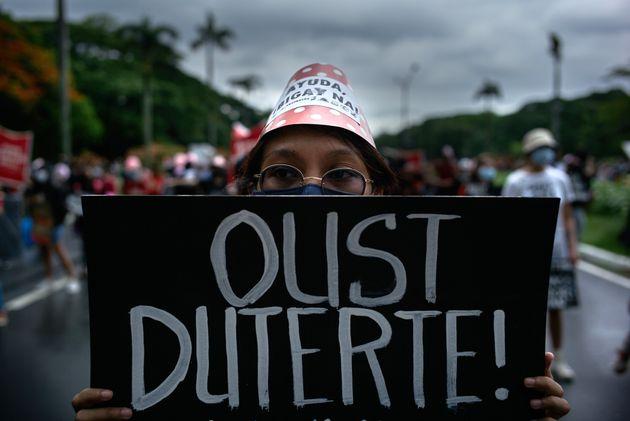 治安当局の権限を拡大させるドゥテルテ大統領の「反テロ法」に抗議するデモの参加者