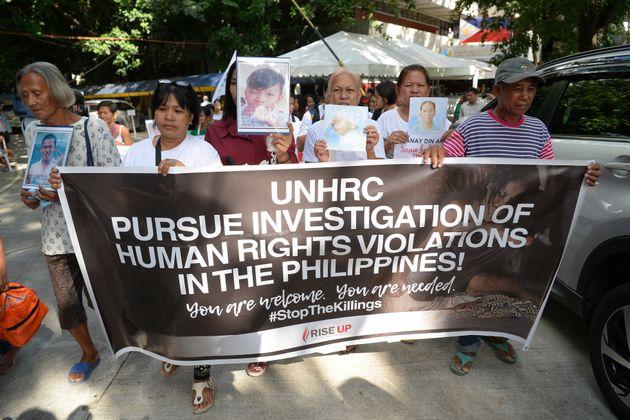 2019年7月に行われた抗議デモ。超法規的に殺された被害者の遺族が、被害者の写真を掲げながら国連人権委員会にフィリピンの人権侵害について調査するよう求めた