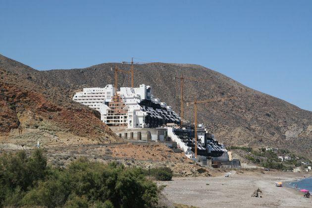 El hotel declarado ilegal en la playa del Algarrobico, en el parque natural de Cabo de Gata