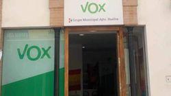 El vecino que vive sobre la sede de Vox en Huelva triunfa con lo que ha colgado de su