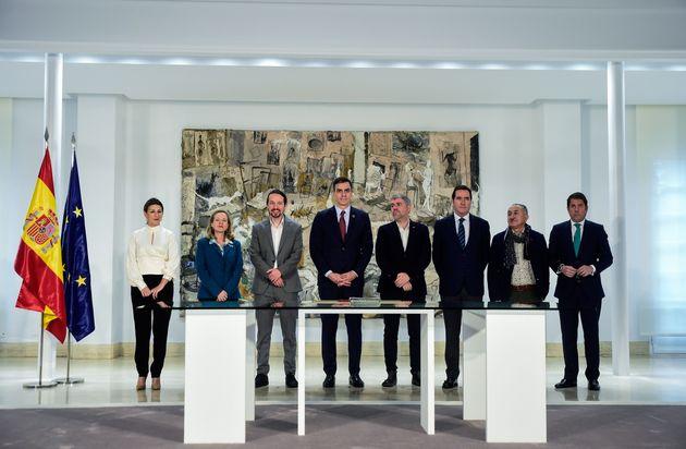 El presidente del Gobierno, Pedro Sánchez, junto con los representantes de los sindicatos UGT...