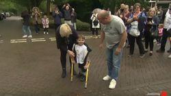 Perde entrambe le gambe: il bimbo di 5 anni cammina per 10 km e raccoglie 1 milione in beneficenza