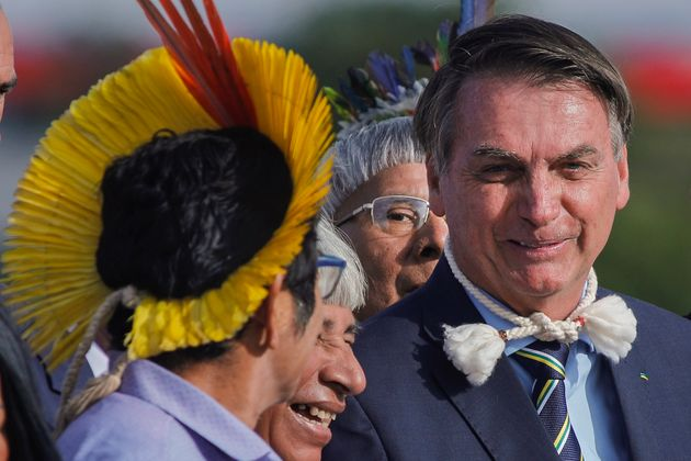 Bolsonaro recebe representantes indígenas durante cerimônia de hasteamento da bandeira em...