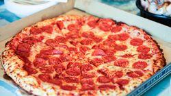 Pide una pizza y lo que se encuentra dentro genera una ola de