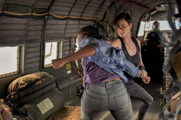 KiKi Layne eCharlize Theron como Nile e Andy em uma das muitas cenas de ação de