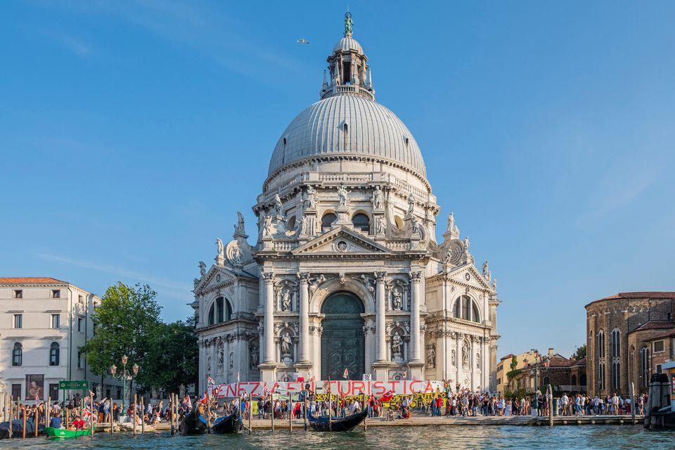 Manifestantes protestam contra o turismo excessivo e os navios de cruzeiro em Veneza, 13 de
