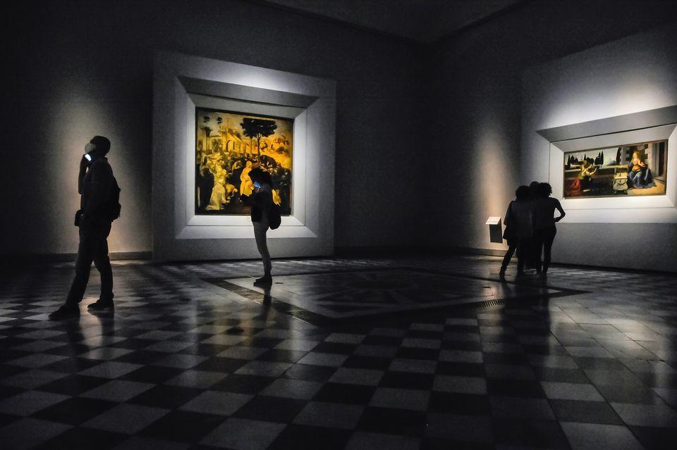Visitantes observam quadros na Galeria Uffizi no dia da reabertura. A capacidade do museu foi cortada...