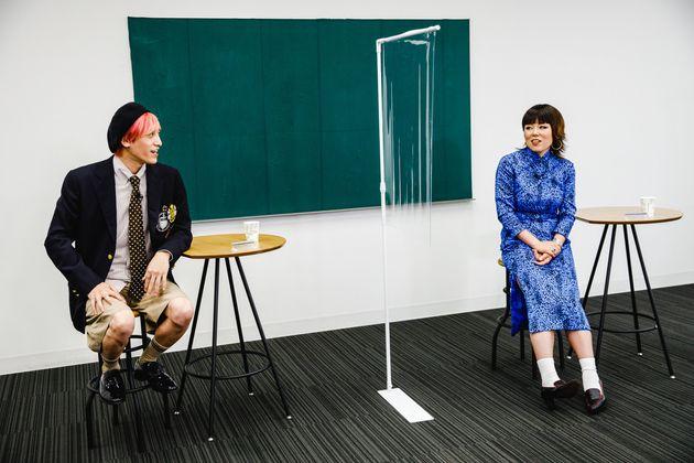 ライブ番組「『世界平和』のために、私は何ができる?」で、話し合う(左から)EXIT兼近大樹さん、藤原しおりさん