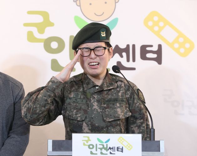 변희수 전 하사가 22일 오후 서울 마포구 노고산동 군인권센터에서 군의 전역 결정과 관련한 기자회견에서 거수경례를 하고