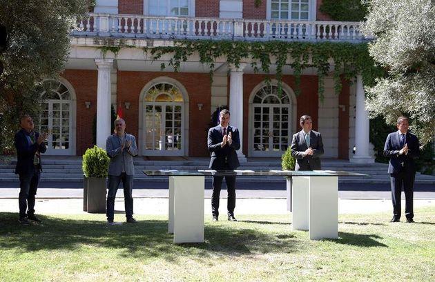 El presidente del Gobierno, Pedro Sánchez, junto a los agentes sociales en los jardines de La