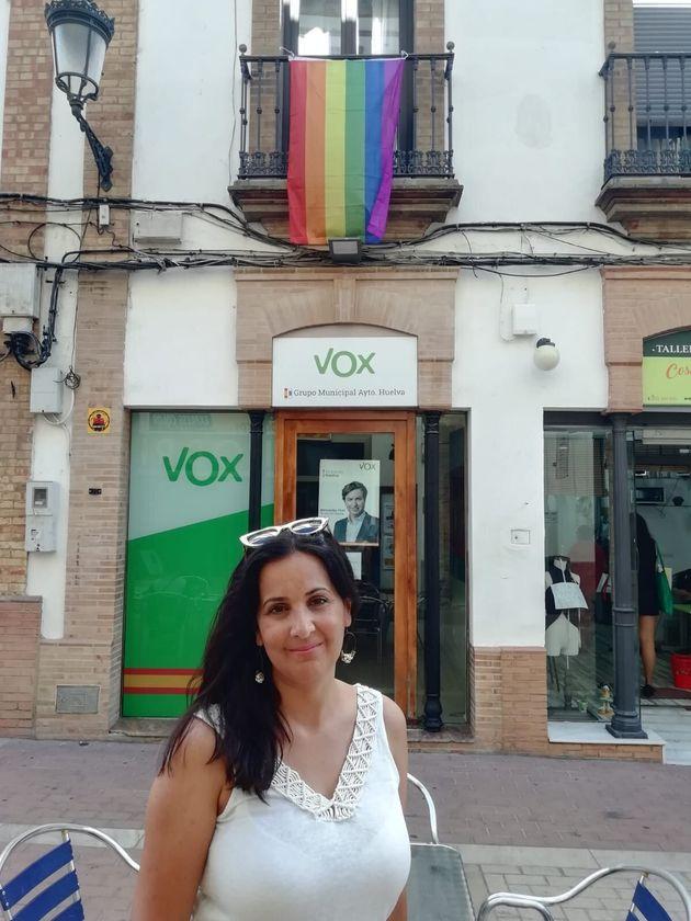 Zara Baldallo, con la bandera LGTBI en su