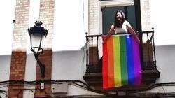 Zara Baldallo, la vecina de Huelva que ha colgado la bandera LGTBI sobre la sede de Vox: