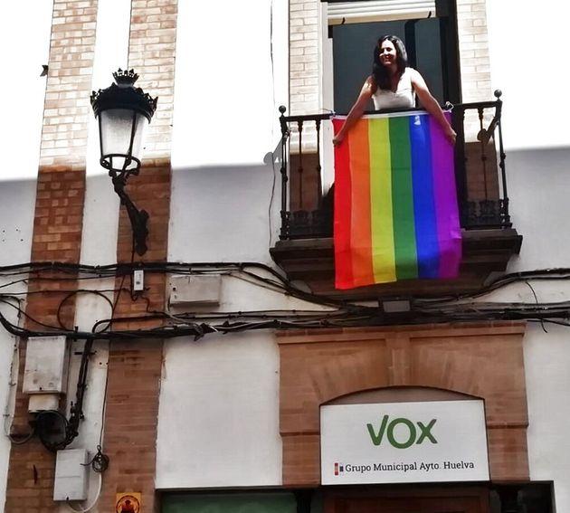 Zara Baldallo, desde su balcón sosteniendo la bandera