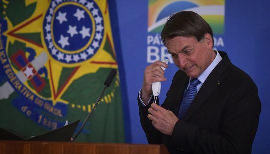 Bolsonaro veta obrigatoriedade de uso de máscaras em comércio, templos e