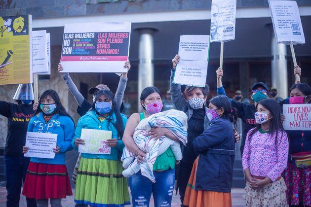 Mulheres participam de uma manifestação contra o estupro de uma menina indígena,...