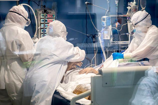Sanitarios atienden a un paciente en la UCI del Hospital del Mar en