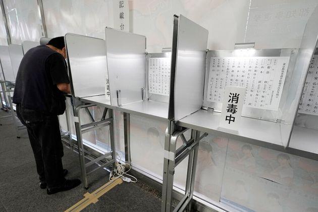 新型コロナウイルスの感染防止対策をした東京都知事選の期日前投票所(東京都新宿区)