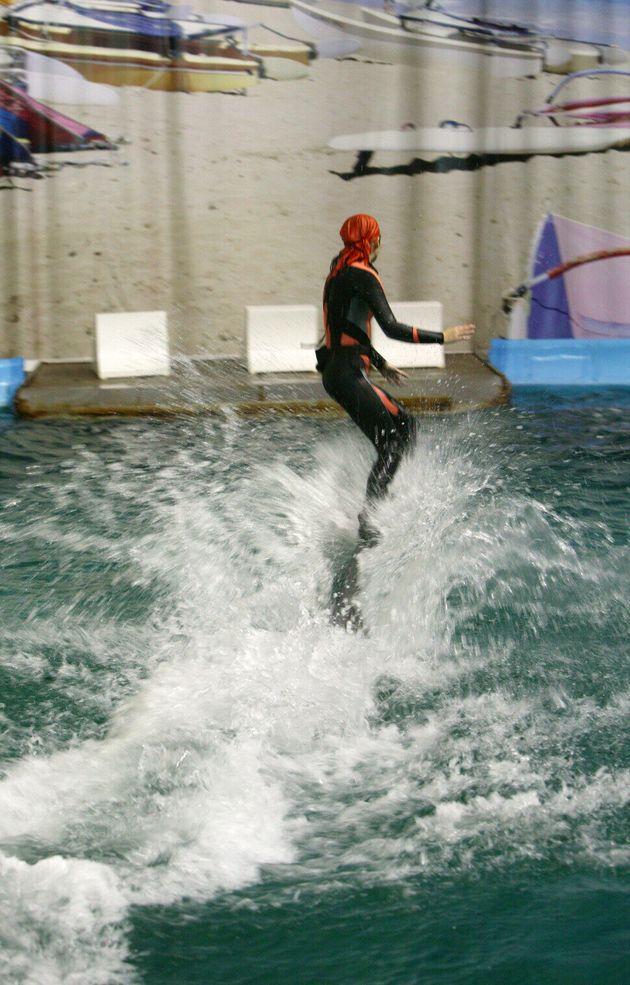 2008년 서울대공원의 사육사가 돌고래 등에 타는 행동을 보여주고