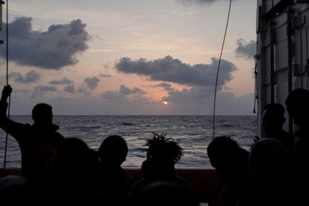 Ocean Viking: Εντάσεις, απόπειρες αυτοκτονίας και απειλές εν