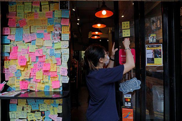 7월 2일 홍콩 시내 한 식당의 직원이 집회 구호가 적힌 포스트잇을 떼고