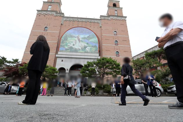 3일 오후 광주 북구 일곡동의 한 교회 앞에 설치된 이동선별진료소에서 해당 교회 신자와 가족들이 코로나19 검사를 받기 위해 줄지어 서있다. 방역당국에 따르면 신종 코로나바이러스 감염증(코로나19)...