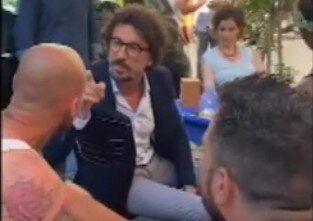 Danilo Toninelli, contestato al bar, reagisce: