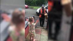 Il fattorino non può sentirla, la bimba impara la lingua dei segni per salutarlo