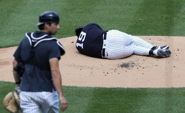 打球を頭部に受け倒れ込む田中将大投手