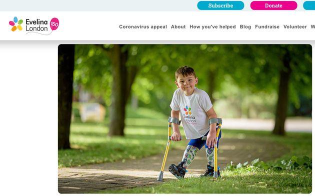 義足での歩行で、小児病院への寄付を呼びかける挑戦をしたトニー
