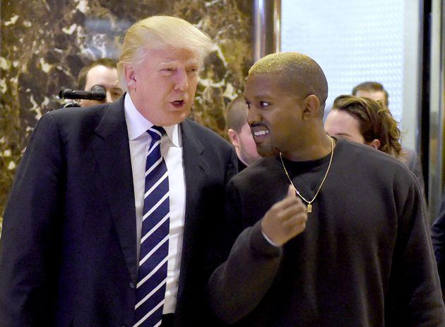 トランプ大統領(左)と談笑するカニエ・ウェストさん(2016年撮影)