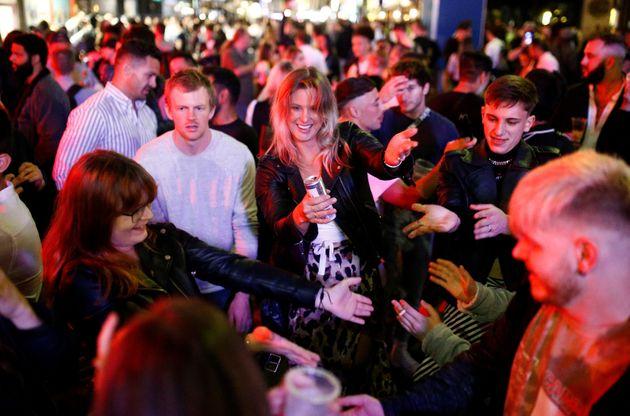 Ni mascarillas ni distancia de seguridad: así ha sido la primera noche de pubs abiertos en Reino