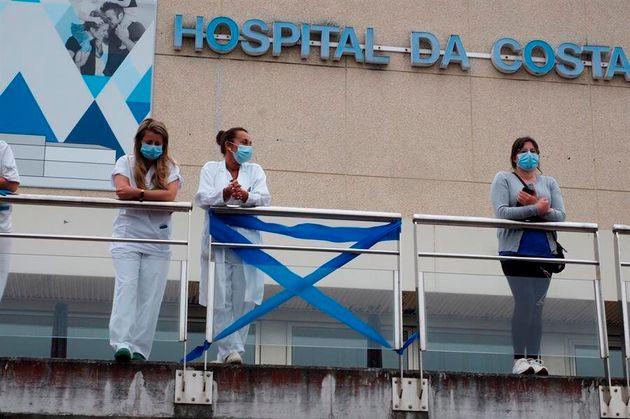 Miembros del personal del Hospital da Costa, en Burela,