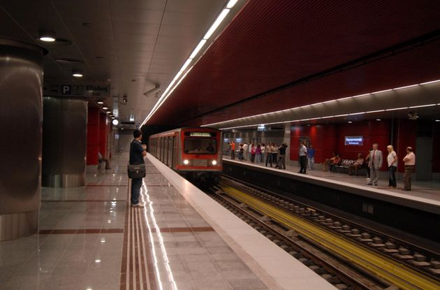 Ανδρας έπεσε στις ράγες του Μετρό στο