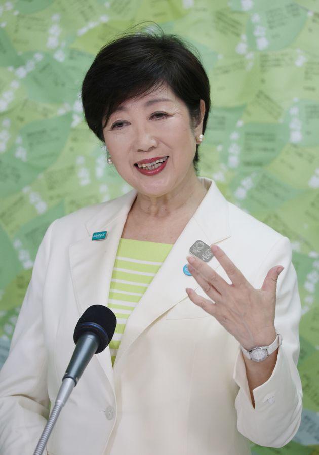 東京都知事選で当選確実となり、インタビューに答える小池百合子氏=7月5日午後、新宿区