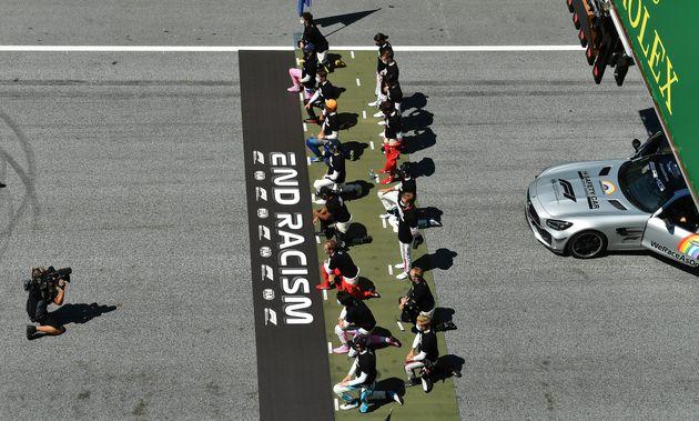 Quelques secondes avant le départ du Grand Prix d'Autriche, les pilotes ont posé avec des...