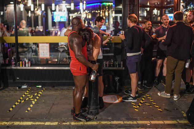 Βρετανία: Γυμνοί και μεθυσμένοι στους δρόμους την πρώτη ημέρα λειτουργίας των