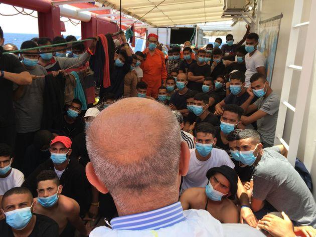 180 migrants secourus au large de la Libye attendaient à bord de l'Ocean Viking de pouvoir débarquer...