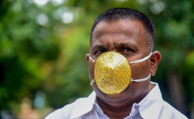 En Inde, un homme d'affaire porte un masque en or pour se protéger du Covid mais son efficacité n'est...