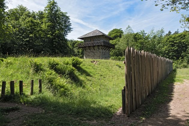 Reconstrucción de una sección de 'limes' y una atalaya romana en